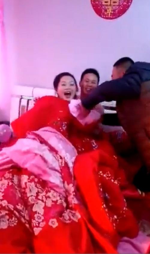 Choáng với khách nam đòi lột đồ cô dâu trong ngày cưới