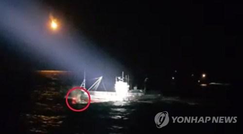 Hình ảnh tàu cá bị truy đuổi. Ảnh: Yonhap