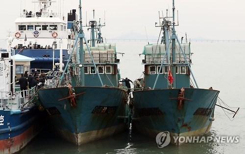 Hai tàu cá Trung Quốc bị bắt sau vụ nổ súng hôm 1-11. Ảnh: Yonhap
