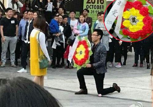 Chàng trai tỏ tình với bạn gái bằng bó hoa đặc biệt. Ảnh: Southcn.