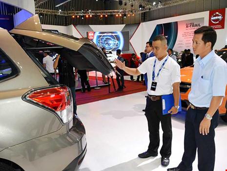 Khách hàng tìm mua xe tại triển lãm ô tô vừa diễn ra tại TP HCM. Ảnh: QH