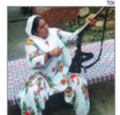 Người dì cầm súng Shahana Begum, chỗ dựa của các cô gái trong làng. Ảnh: Times of India