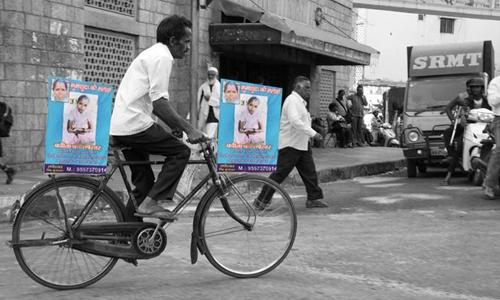 Hình ảnh người đàn ông nghèo đạp xe tìm vợ đã lan truyền mạnh mẽ trên cộng đồng mạng. Ảnh: Indiatimes.
