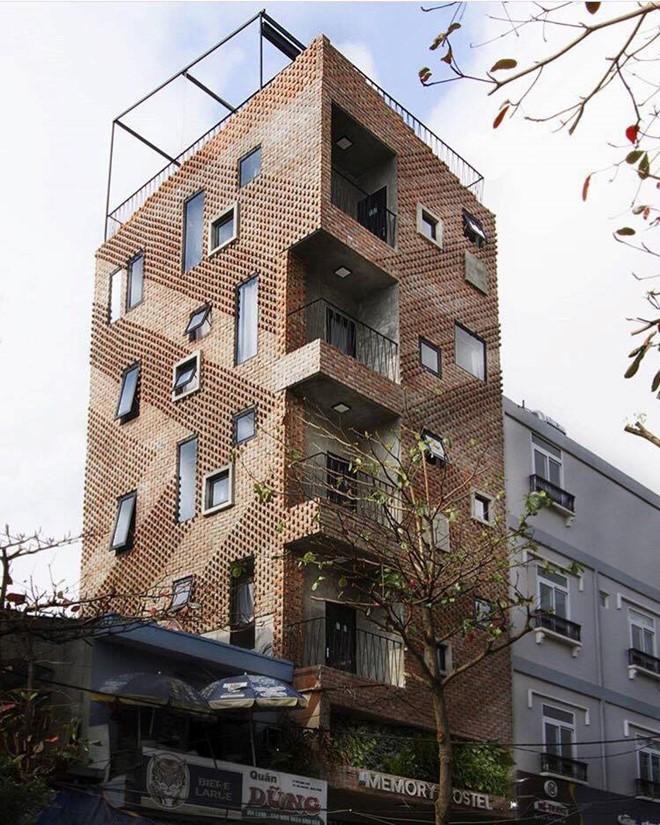 Memory Hostel nằm ở đường Trần Quốc Toản, có vị trí đẹp, ở trung tâm thành phố, cách sông Hàn 800 m. Toàn bộ tòa nhà được ốp gạch nung với gam màu đất bắt mắt. Ảnh: Phanvantrantuan.