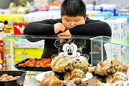 Được bồi bổ quá nhiều đồ ăn nhiều dinh dưỡng nên cậu bé 11 tuổi dễ dàng rơi vào tình trạng béo phì