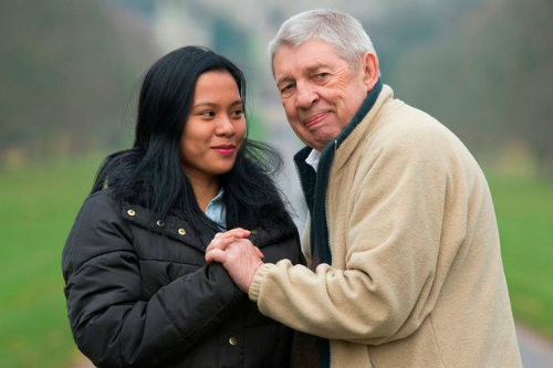 Ông Ron và cô gái sắp trở thành vợ thứ 9 của mình. Ảnh:Daily Mirror.