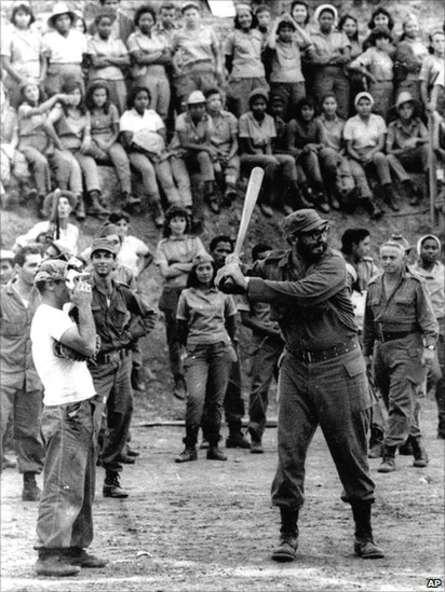 Ông Fidel rất thích chơi bóng chày. Trong ảnh là vào năm 1962 tại Trường ĐH Sư phạm ở Sierra Maestra. Ảnh: AP
