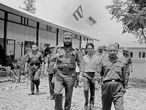 Ngày 8-9-1973, ông Fidel là nguyên thủ nước ngoài đầu tiên và duy nhất thăm vùng giải phóng miền Nam (ở Quảng Trị) khi chiến tranh chưa kết thúc. Ông có câu nói nổi tiếng: Vì Việt Nam, Cuba sẵn sàng hiến dâng cả máu của mình trong chuyến thăm Việt Nam đầu tiên này. Ảnh: TTXVN