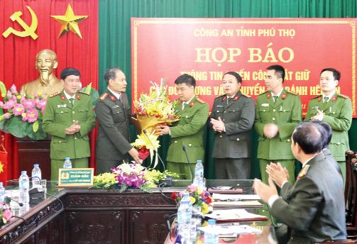 Ban Giám đốc Công an tỉnh tặng hoa chúc mừng cán bộ, chiến sĩ Phòng PC47 Công an tỉnh