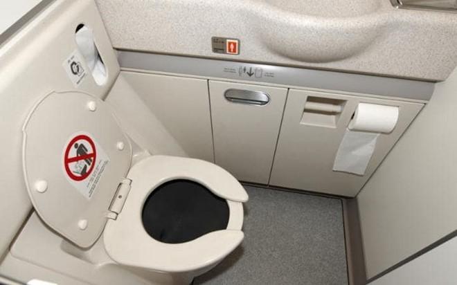 Cách mà ngành hàng không xử lý chất thải trong WC máy bay cũng là một bí ẩn với rất nhiều người.