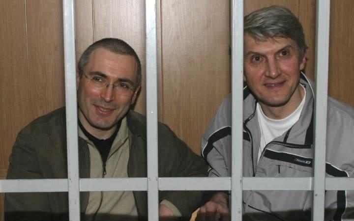 Ông Platon Lebedev (phải) và tỉ phú Khodorkovsky tại một phiên tòa. Ảnh: Telegraph