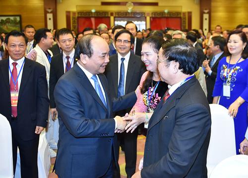 Thủ tướng thăm hỏi các đại biểu dự Đại hội - Ảnh: Quang Hiếu