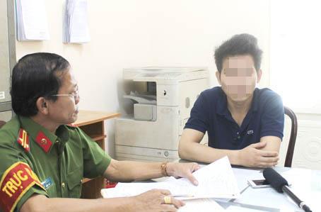 Cán bộ Phòng Cảnh sát truy nã tội phạm Công an tỉnh làm việc với Trần Tấn Lượng khi đối tượng đến công an đầu thú.