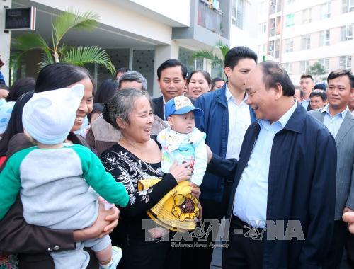 Thủ tướng Nguyễn Xuân Phúc thăm hỏi nhân dân tại Khu đô thị Đặng Xá, huyện Gia Lâm (Hà Nội). Ảnh: Thống Nhất/TTXVN