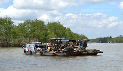 Sông Tiền không chỉ là tuyến đường thủy huyết mạch nối liền các tỉnh Đồng bằng sông Cửu Long, mà còn là nơi mưu sinh của nhiều người dân trong tỉnh Tiền Giang nói riêng, trong khu vực nói chung. Trong ảnh: Các chủ ghe neo đậu nghỉ ngơi sau một ngày đánh bắt