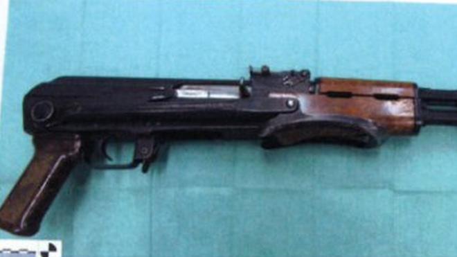 Khẩu AK-47 thu được tại nhà nghi phạm. Ảnh: OPEN BAAR MINISTERIE