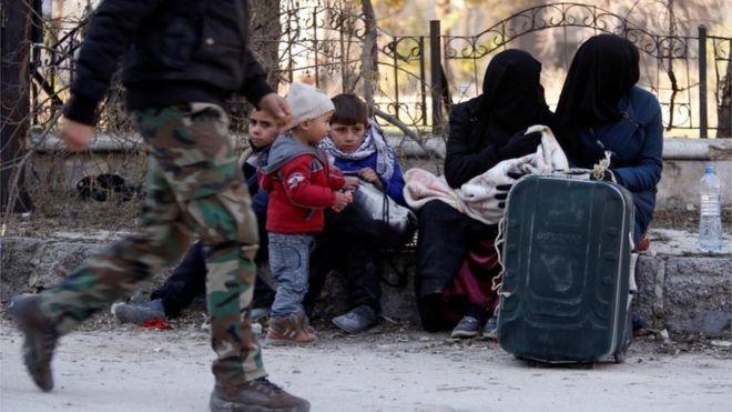 Người dân chạy trốn ở miền Đông Aleppo hôm 8-12. Ảnh: Reuters
