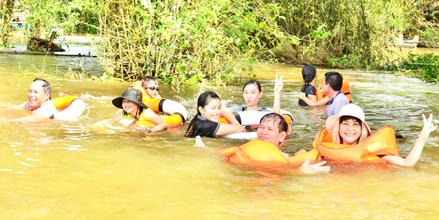 Tắm đồng ở xã Vĩnh Lộc (thị xã Tân Châu, An Giang).