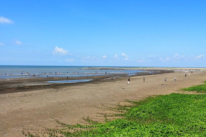 Biển Cần Giờ nước không quá trong nhưng khá sạch, bãi tắm rộng. Ảnh: Phước Bình.