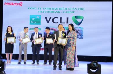 Đại diện Bảo hiểm Nhân thọ Vietcombank – Cardif ( bên trái hàng thứ nhất) nhận giải thưởng tại lễ tôn vinh 100 sản phẩm hàng hóa/dịch vụ được thị trường ưa chuộng