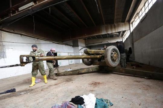 Các tay súng nổi dậy Syria đang vệ sinh vũ khí ở thị trấn al-Rai town, vùng ngoại ô phía bắc Aleppo hôm 25-12-2016. Ảnh: REUTERS