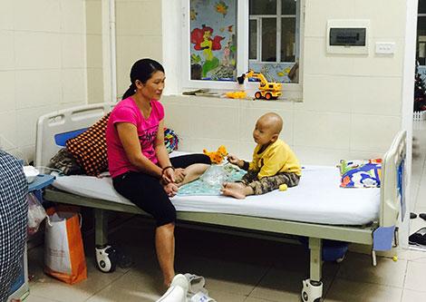 Trong nỗi tuyệt vọng chị Thủy lo lắng cho con của mình bị ung thư di căn.