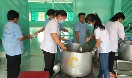 Đội ngũ y, bác sỹ chuẩn bị bữa cơm trưa cho bệnh nhân.