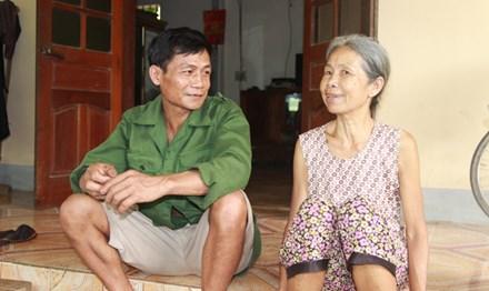 Vợ chồng bà Tâm, ông Thoại hạnh phúc bên ngôi nhà nhỏ. Ảnh: Cảnh Huệ.