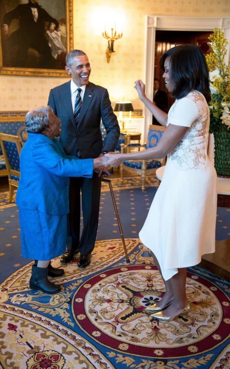 Ông bà Obama khiêu vũ với cụ bà 106 tuổi Virginia McLaurin, người đến thăm Nhà Trắng