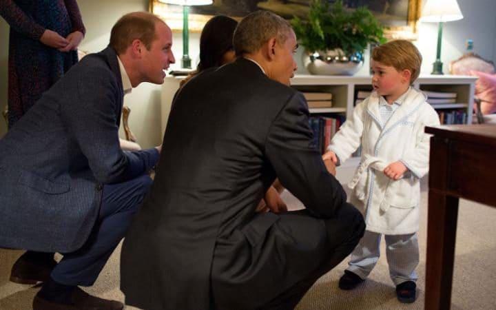 Tổng thống Mỹ bắt tay hoàng tử bé nước Anh George tối 22-4, khi ông có chuyến thăm Anh. Cú bắt tay diễn ra trước khi cậu bé... đi ngủ