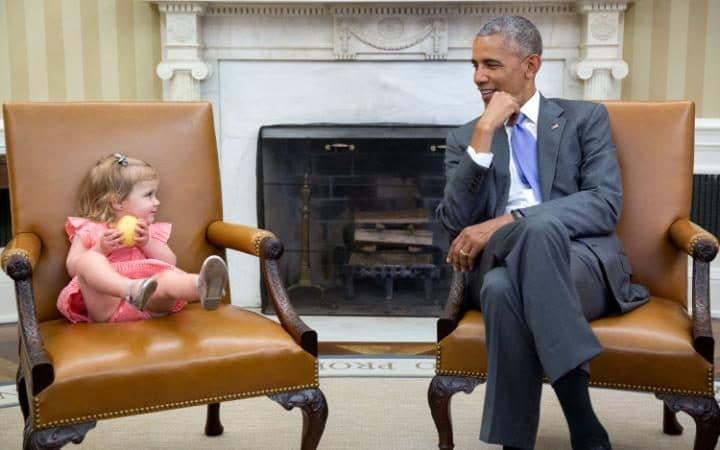 Rất thân thiện với một cô bé theo cha mẹ đến thăm Nhà Trắng