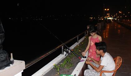 Trẻ em cũng rất hứng thứ với việc câu cá đêm.