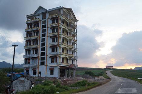 Khách sạn 9 tầng xây dở tại tiểu khu Vườn Đào đã bị đình lại vô thời hạn vì ông chủ bị bắt.