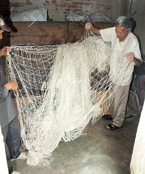 Tấm lưới săn cá mập dày và nặng cả chục kg.