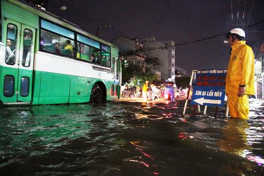 Một đoạn sâu phải lập bảng cảnh báo trên đường Huỳnh Tấn Phát