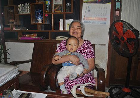 Những lúc khỏe trong người, bà Lịch ở nhà trông nom cháu để các con đi làm.