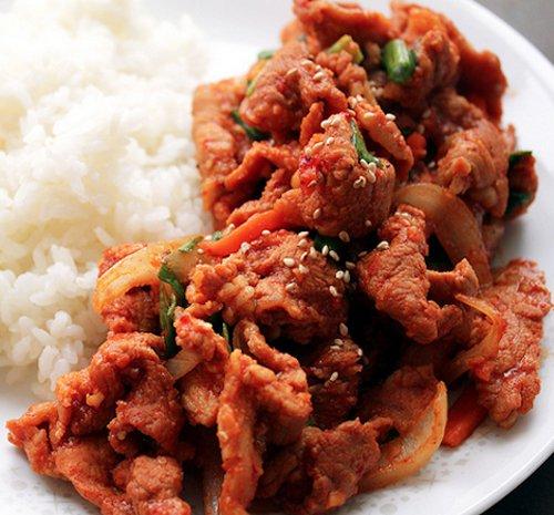 Bulgogi, Hàn Quốc: Món ăn gồm thịt bò thái mỏng ướp với mè, hành lá, nước sốt đậu nành, sau khi nướng xong thì ăn cùng với các loại rau tươi và rau thơm.