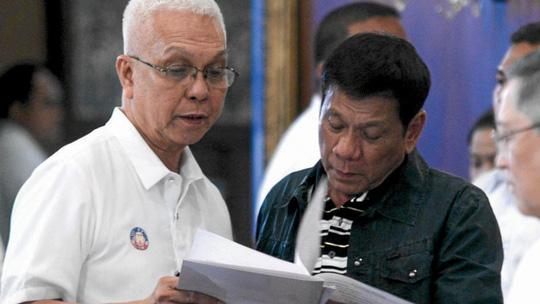 Bộ trưởng Nội các Leoncio Evasco Jr. (trái) và Tổng thống Rodrigo Duterte Ảnh: INQUIRER
