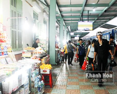 Những người bán hàng tại Ga Nha Trang
