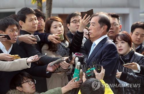 Thủ tướng vừa được chỉ định của Hàn Quốc Kim Byong-joon tiếp xúc với báo giới Ảnh: YONHAP