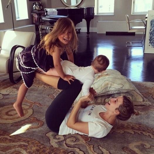 Ivanka rất thích được tập yoga cùng các con. Ảnh: Shape