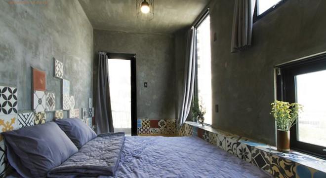 Hostel có 5 tầng, mỗi tầng có 2 phòng. Phòng đôi, phòng tập thể xen lẫn nhau và có khu vệ sinh chung rất sạch sẽ. Phòng đôi có view ra sông Hàn rất lãng mạn. Ảnh: Agoda.com.