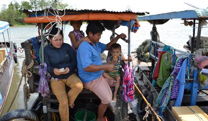 Vợ chồng anh chị Phan Văn Lũy - Trần Thị Huệ (huyện Châu Phú, tỉnh An Giang) cùng em trai sống bằng nghề đánh bắt cá trên sông Tiền gần 10 năm