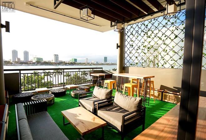 Hostel còn có khu thư giãn trên sân thượng, là nơi du khách gặp gỡ, tán gẫu, thưởng thức cà phê, cùng nhau ngắm nhìn cảnh đẹp thành phố khi bình minh lên hay hoàng hôn xuống. Ảnh: Backpack.