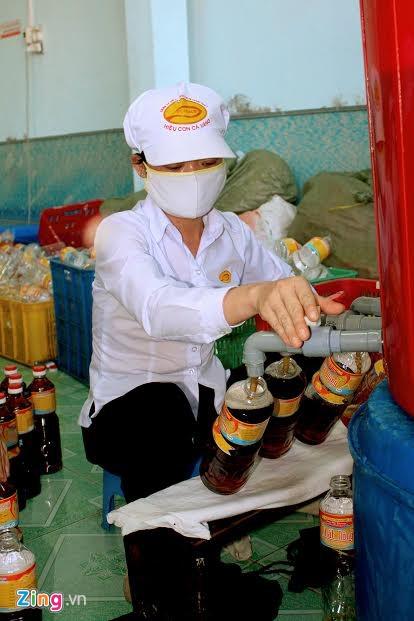 """Được Sách kỷ lục Việt Nam công nhận là top 10 nước chấm gia vị nổi tiếng Việt Nam, nước mắm Phan Thiết hôm nay còn được xem là một trong những """"món quà lưu niệm"""" đầy ý nghĩa mà du khách khắp nơi khi đến tham quan nghỉ dưỡng tại thành phố biển đem về biếu người thân, bè bạn."""