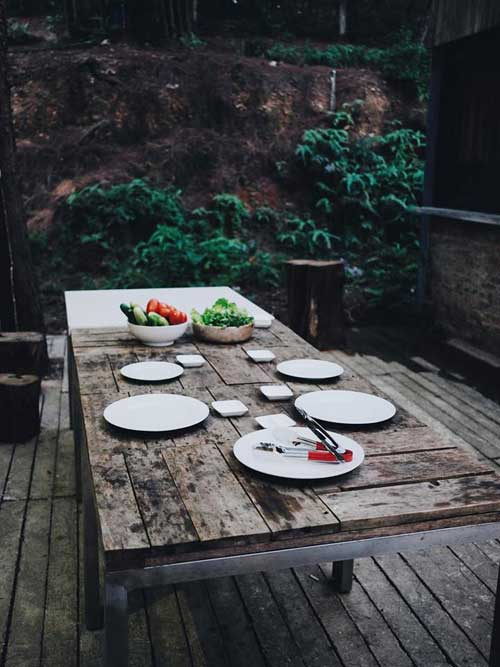 Khu vực ăn uống ngoài trời với bàn gỗ lớn. Khu nghỉ có bãi đỗ xe rộng