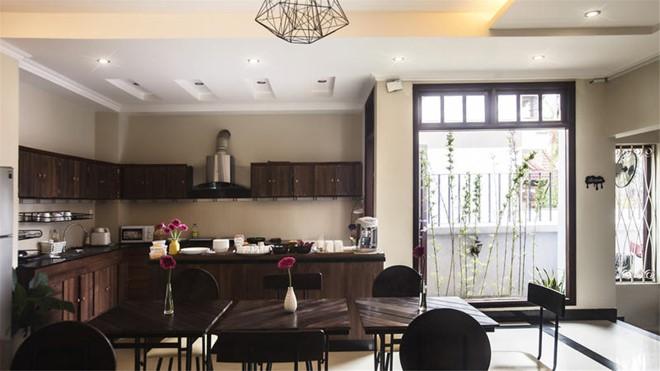 Hostel có phòng bếp rộng rãi, nội thất gỗ tông nâu trầm tạo vẻ sang trọng, lịch sự, có đầy đủ tiện nghi cho du khách nếu muốn tự tay vào bếp. Ánh sáng nắng tự nhiên khiến căn bếp trông gần gũi khiến đồ ăn cũng đẹp mắt và ngon hơn. Ảnh: 1812 Boutique Hostel.
