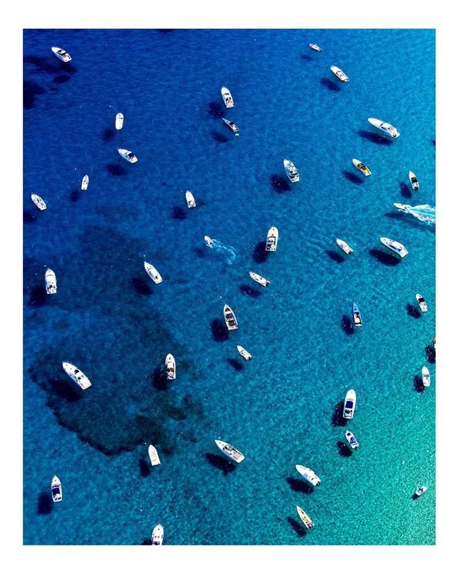 Những con thuyền trên biển xanh St Tropez (Pháp) như những đốm trắng trên không.