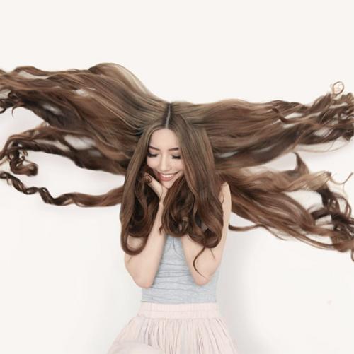 Cận cảnh mái tóc đẹp như cổ tích của Sarah Trần