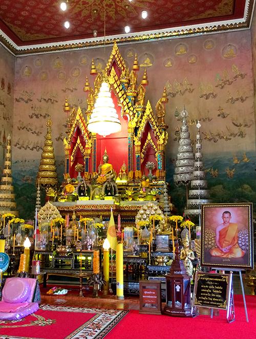 Wat Pho Chai là ngôi chùa nổi tiếng nhất ở Nong Khai, được trang hoàng lộng lẫy bằng những chiếc đèn chùm và tường phủ kín tranh Phật. Trong chùa đặt bức tượng Phật linh thiêng - Luangpho Phra Sai. Theo truyền thuyết, ba con gái của vua Lan Chang đúc 3 bức tượng và đặt tên là Phra Soem, Phra Suk, Phra Sai. Ban đầu, ba bức tượng được đặt tại Viêng Chăn. Trong một lần được đưa đến Nong Khai, Phra Suk bị nhấn chìm bởi một cơn bão. Sau này, Phra Soem được đưa đến Bangkok, còn Phra Sai đặt ở chùa Wat Pho Chai, thuộc Nong Khai ngày nay. Ảnh: Vy An.